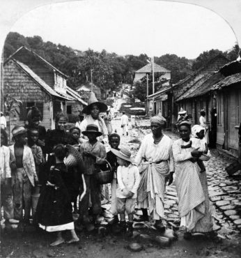 Rosa Luxemburg Martinik'li mültecilerle, (1902 Mayıs, St. Pierre )