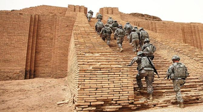 Amerikan askerleri Ur kentindeki zigguratta