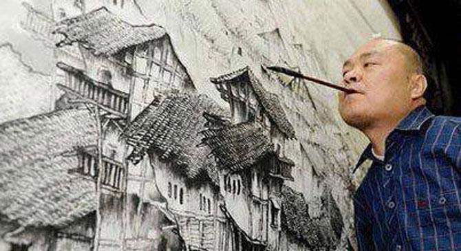 Huang, babası hastalandığı için 18 yaşındayken çalışmalarını bırakıp çeşitli şehirlerde sokakta ayaklarıyla resim yapıp insanlara satmaya başlamış.