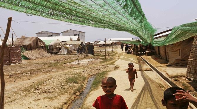 Mülteci kampına giden bir Rohingya. Kyein Ni Pyin kampındaki çocuklar.