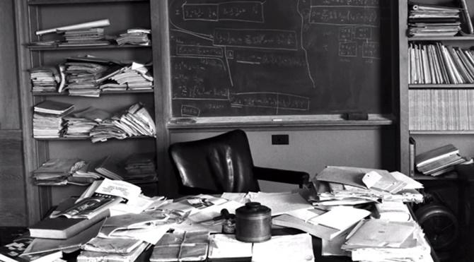 Einsteinın-Masası