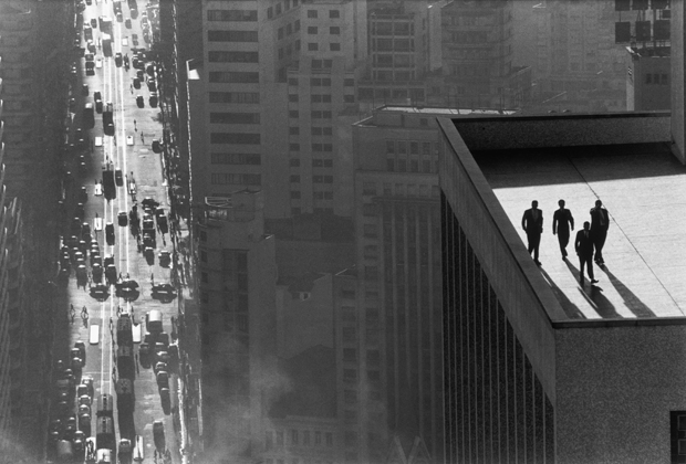 Men-on-a-Rooftop-René-Burri-San-Paulo-1960