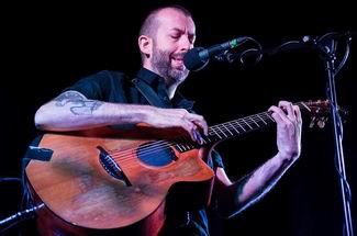 Jon Gomm; söz yazarı, besteci, gitar virtüozu