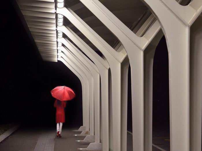 red-umbrella-walking-night_82057_990x742