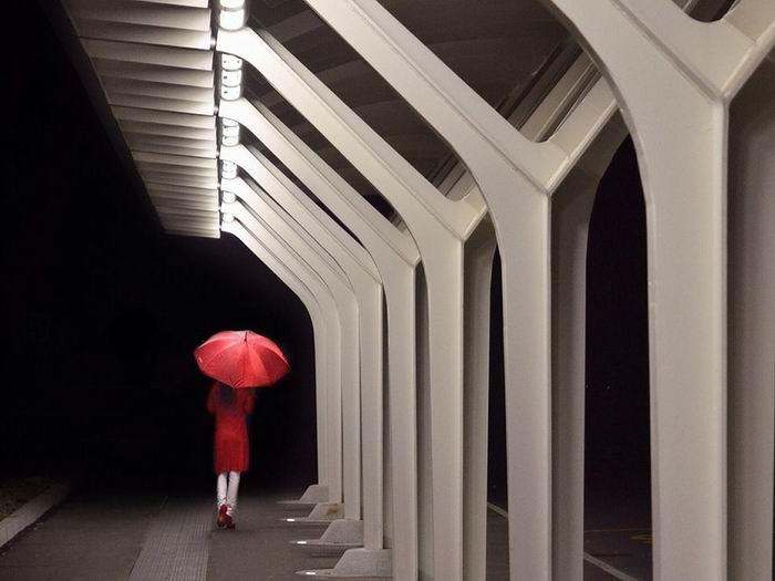 red-umbrella-walking-night_82057_990x742
