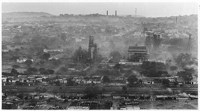 View of abandoned Union Carbide plant, Bhopal 2001 ©2001 Greenpeace/Raghu Rai