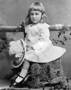 ABD başkanı Franklin Roosevelt'in 1800'lerin sonunda çekilen bir resmi. O zamanlarda, cinsiyet farkı olmaksızın tüm çocuklara beyaz kolalı elbiseler giydiriliyordu.