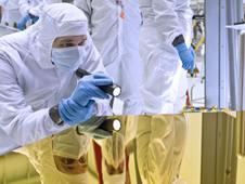 Birincil aynanın bir parçası steril bir odada inceleme altında(NASA/Chris Gunn)