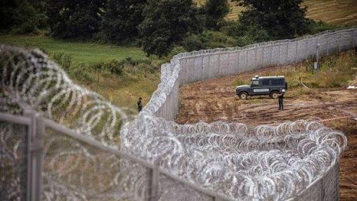 Mülteci dikenli tel
