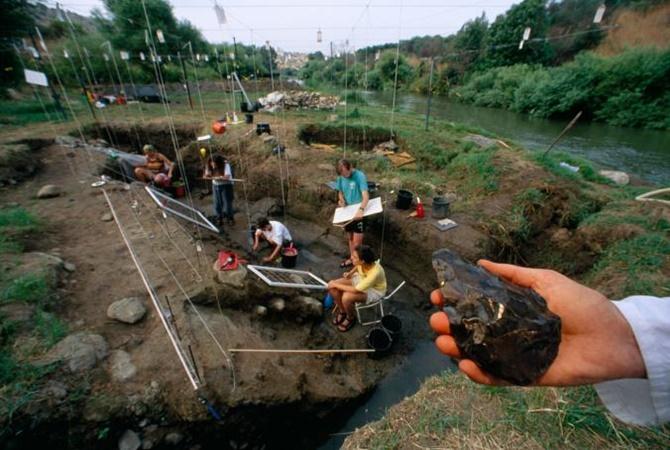 İsrail'deki bir kazı alanında bulunan 790 bin yıllık bu ilkel el baltası muhtemelen bir Homo erectus tarafından yapıldı. Bilinen en eski taş aletler 3,3 milyon yıl yaşında. [Fotoğraf: Kenneth Garrett, National Geographic Creative]