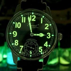 Kadranı radyum içeren boya ile boyanan saatler, geceleri rahat okunduğu için çok revaçtaydı.