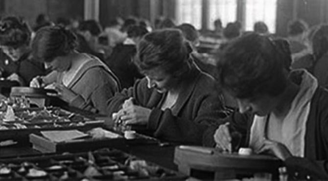 Waterbury Saat Fabrikası'nda çalışan genç kızlar, saat kadranlarını karanlıkta parlaması için boyuyorlardı.