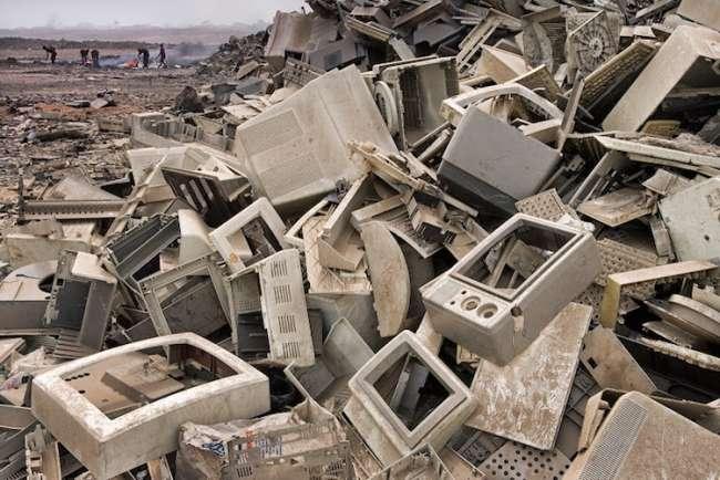 Dünyanın farklı yerlerinden elektronik atıklar Accra, Gana'ya getiriliyor. Buradaki yerliler atıkları parçalara ayırıp mineral elde ediyor veya yakıyor.