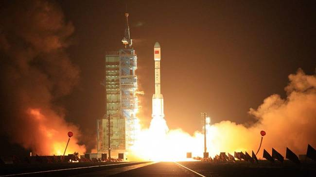 Çin, dünyanın ilk kuantum telekomünikasyon uydusu Micius'u başarıyla fırlattı. Bilim insanları, kuantum mekaniği ile verilerin şebekeler içinde fotonlarla güvenli olarak taşındığını, verilerin aktarım esnasında ele geçirilemediğini veya kopyalanamadığını belirtiliyor. Çin'in uzaya gönderdiği uyduya M.Ö. 5. yüzyılda yaşan bilim insanı ve filozof Micius'un adı verildi.