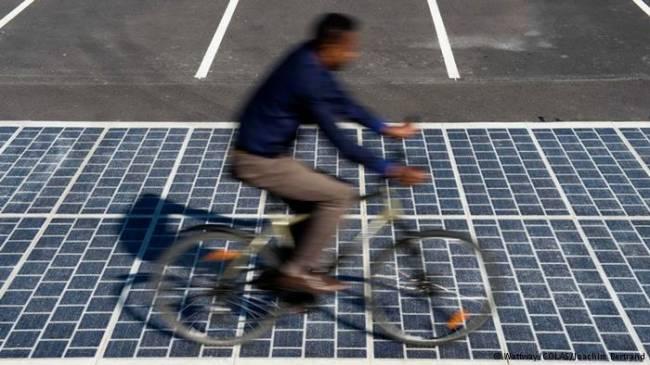 Fransa Çevre Bakanı Segolene Royal önümüzdeki beş yılda bin kilometre uzunluğundaki karayolunun foto voltaj panelleriyle kaplanıp yeşil enerji kazanılacağını açıkladı. Bu yöntem daha önce Hollanda'da denenmiş ve 70 kilometrelik bisiklet yolundan bir hanenin yıllık enerji ihtiyacını karşılayacak miktarda (3 bin kilovat saat) elektrik üretilmişti.