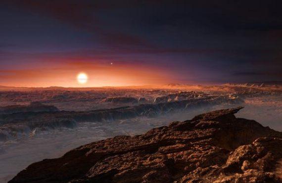 Dünyadan sadece 4 ışık yılı uzakta bulunan en yakın yıldızın etrafında yaşanabilir bölgede bir gezegen keşfettiler. ESO teleskopları ve diğer teleskopları kullanan araştırmacılar, Güneş'ten sonra Dünya'ya en yakın yıldız olan Proxima Centauri'nin yörüngesinde dolanan bir gezegene dair oldukça güçlü kanıtlar elde ettiler. Uzun süredir aranan Proxima b adlı dünya, soğuk kırmızı konak yıldızının etrafındaki bir turunu 11 günde tamamlıyor, gezegenin yüzey sıcaklığı ise suyun sıvı halde kalabilmesini sağlıyor. Bu kayalık dünya Yeryüzü'nden biraz daha büyük ve bize en yakın ötegezegen — bu sayede burası Güneş Sistemi dışında yaşam barındırabilecek en yakın yer olabilir. Güneş Sistemi'ne dört ışık-yılından biraz daha uzakta bulunan Proxima Centauri adlı kırmızı-cüce yıldız Güneş'ten sonra Yeryüzü'ne en yakın yıldız konumundadır. Erboğa takımyıldızında yer alan bu soğuk yıldız çıplak gözle görülemeyecek kadar sönük olup, Alpha Centauri AB olarak bilinen ve çok daha parlak olan yıldız çiftine oldukça yakındır. ...Copyright (C) Gerçek Bilim kaynağını göstermeden paylaşmak ve yayınlamak yasaktır, http://www.gercekbilim.com/2016nin-en-muhtesem-bilimsel-kesifleri/ .